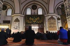 BURSA, DIE TÜRKEI - 26. JANUAR 2015: Leute beten auf das großartige Moscheen-Türkischen Ulu Cami Lizenzfreies Stockfoto