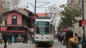 Bursas populära shoppa gata; Cumhuriyet gata och spårväg arkivfilmer
