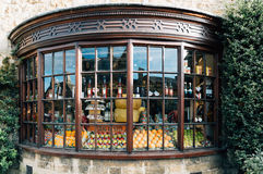 Burspråksfönstret shoppar med lokala produkter royaltyfria bilder