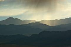 Burst di nube illuminato di Mountainscape Fotografie Stock