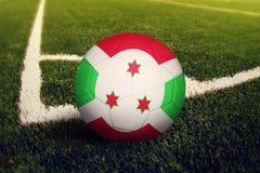 Burundi boll p? positionen f?r h?rnspark, bakgrund f?r fotbollf?lt Nationellt fotbolltema p? gr?nt gr?s royaltyfria foton