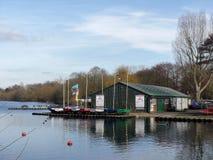 Bury See-junge Seemänner schlagen am Bury See, Rickmansworth Aquadrome mit einer Keule stockbild