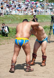 Buryat (蒙古语)摔跤手战斗  库存图片