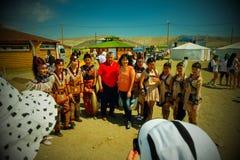 Buryats i den nationella klänningen, etnisk ferie av det infödda folket av Baikalen arkivfoto
