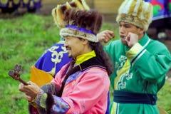 Buryats w obywatel sukni, etniczny wakacje miejscowy zaludnia Baikal obrazy royalty free