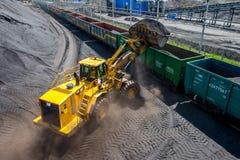 Burytia Rosja, Czerwiec, -, 2016: Ładowniczy ładunki z węglem przy stacją kolejową fotografia stock