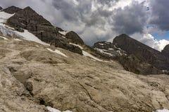 Burz chmury i dramatyczny niebo nad Marmolada masywem Dolomit zdjęcia royalty free
