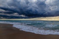 Burz chmury na plaży zdjęcia stock