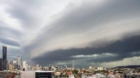 Burz chmury nad Brisbane miastem Obrazy Stock