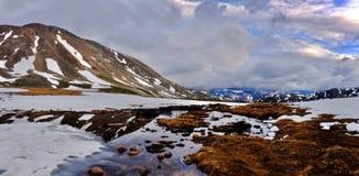 Burz chmury nad górami i odbicie w wodzie Zdjęcia Royalty Free
