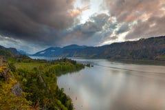 Burz chmury nad kapiszon rzeką zdjęcie royalty free