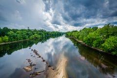 Burz chmury nad Merrimack rzeką w Machester, Nowy Hamps obraz royalty free