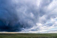 Burz chmury nad pole zielona trawa Zdjęcia Stock