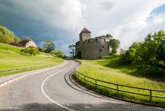 Burz chmury nad Vaduz kasztelem, Liechtenstein Obrazy Royalty Free