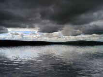 Burz chmury nad wodą royalty ilustracja