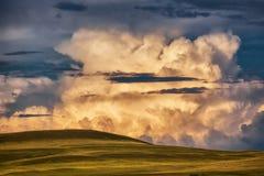 Burz chmury nad zieleni pola Zdjęcie Stock