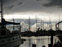 Burz chmury przy żaglówki Marina Zdjęcia Stock