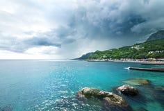 Burz chmury przy morzem Obrazy Royalty Free