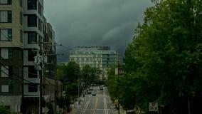 Burz chmury stacza się za budynkiem w miasteczku zdjęcia royalty free