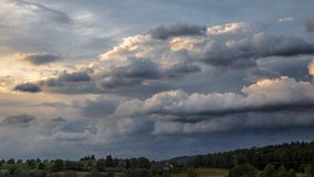 Burz chmury tworzy nad Lasowym czasu upływem zdjęcie wideo