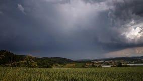 Burz chmury tworzy nad polem, Niemcy - czasu upływ zdjęcie wideo
