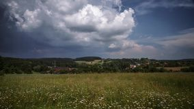 Burz chmury tworzy nad polem w Niemcy, czasu upływ zbiory