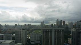 Burz chmury z podeszczowym omijaniem nad niebem Bangkok pejzaż miejski 4K timelapse zbiory wideo