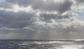 Burz chmury z słońce promieniami na oceanie Obraz Stock