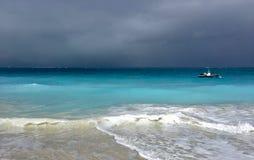 Burz chmury zbierają z turczynek i Caicos obrazy royalty free