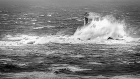 Burza Desmond, Longships latarnia morska, Zachodni Cornwall fotografia royalty free