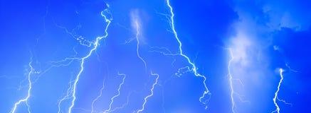 Burza grzmotu nocnego nieba błyskawicowe chmury chmurzą lato deszcz, tło panorama Obrazy Stock