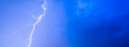 Burza grzmotu nocnego nieba błyskawicowe chmury chmurzą lato deszcz, tło panorama z przestrzenią dla teksta i fotografia royalty free