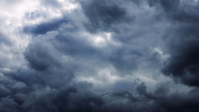 Burza huragan chmurnieje chodzenie nad niebem Zdjęcia Royalty Free