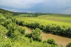 Burza i zmrok burza chmurniejemy nad polem i rzeką obraz stock