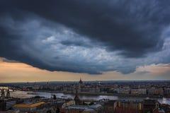 Burza nad Budapest parlamentem przy zmierzchem zdjęcia stock