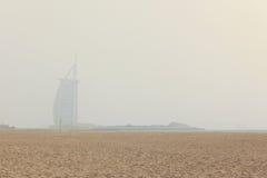 Burza piaskowa w Dubaj, widok na Burj Al arabie od niedalekiej plaży obraz stock