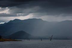 Burza po środku jeziora w Srinakarin tamie Zdjęcie Royalty Free