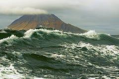 Burza przypływ na tle Kuril wyspy Obraz Stock
