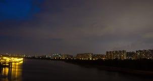 Burza rusza się nad mieszkanie budynkami przy nocą zbiory wideo