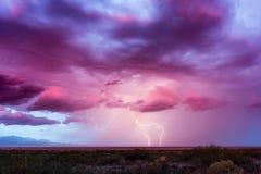 Burza z błyskawicy i zmierzchu niebem obrazy royalty free
