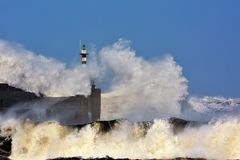 Burzowa fala nad latarnią morską San Esteban De Pravia Zdjęcia Stock