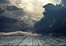 Burzowa nieba i drewna podłoga zdjęcia royalty free
