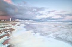 Burzowa Północnego morza plaża z kipielą przy wschodem słońca Zdjęcie Royalty Free