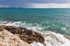 Burzowa skalista plaża w Istria, Chorwacja Zdjęcie Stock