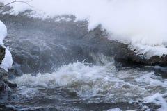 Burzowa zatoczka fala i piana w przepływie pluśnięcia, gulgoczą wewnątrz, fala, strumień, czochry i grzebienie fala w szybkim las Zdjęcia Stock