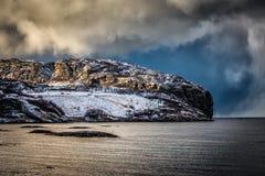 Burzowe chmury nad nabrzeżnym wzgórzem Fotografia Royalty Free