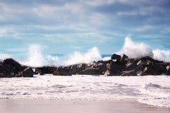 burzowe fale oceanu burzy pogoda w głębokim błękitnym morzu Zdjęcia Stock