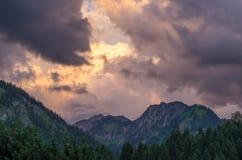 Burzowe i dramatyczne chmury nad górami blisko Oberstdorf, Niemcy Obrazy Stock