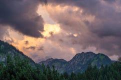Burzowe i dramatyczne chmury nad górami blisko Oberstdorf, Niemcy Fotografia Royalty Free