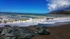 Burzowego oceanu &Rocky plaża zdjęcie royalty free